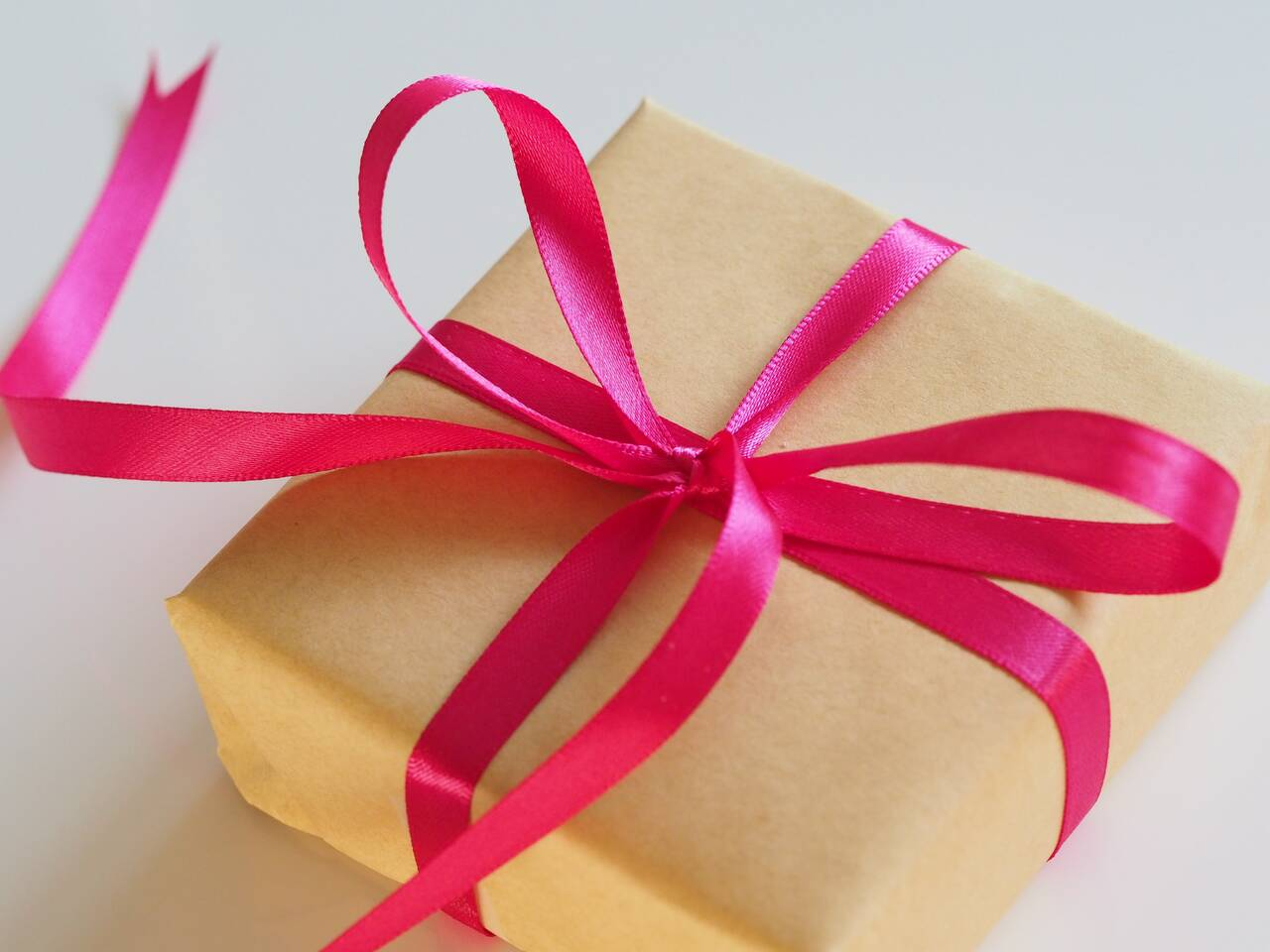brown gift box with pink ribbon - Blumenhaus Frech, Inh. Laura Libowsy